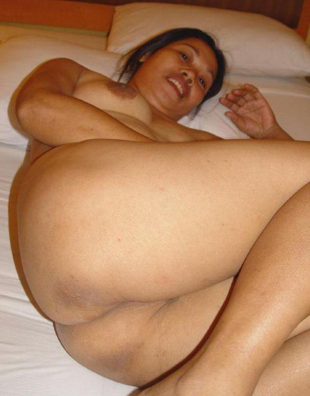 tante bahenol pamer memek sempit lagi nungging horny